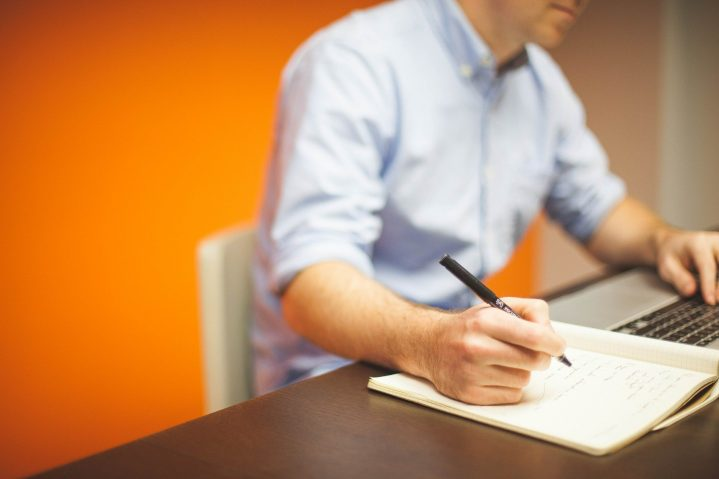 Büromitarbeiter bei der Planung