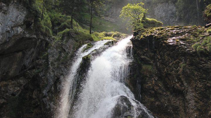 Wasserfall in einem Gebirge
