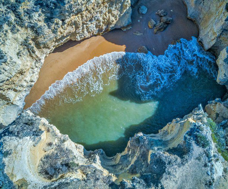 Felsen, Klippen und Buchten: atemberaubende Strände Portugals
