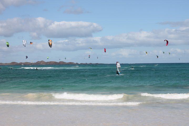 Kitesurfer auf dem Meer auf Fuerteventura