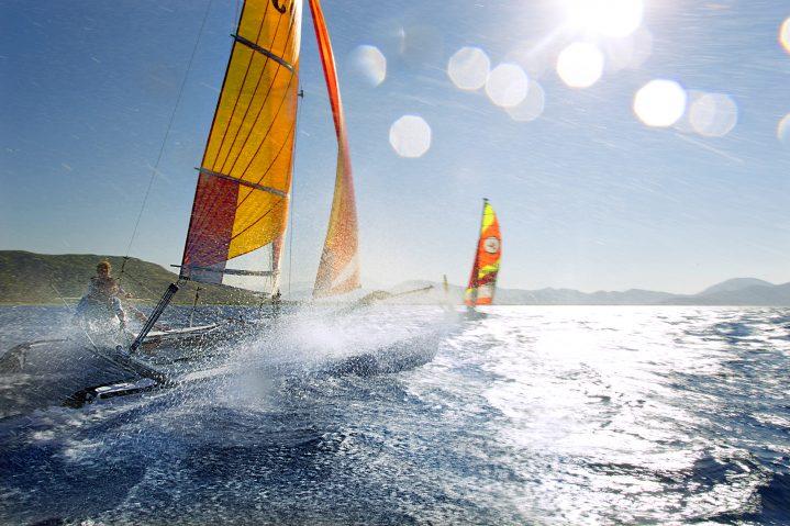 Zwei Segelboote auf dem offenen Meer
