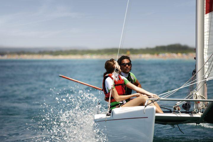 Zwei Segler auf einem Segelboot