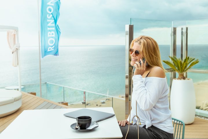 Workation Gast Anja Neumann auf der Rooftop-Bar im Robinson Club Jandia Playa