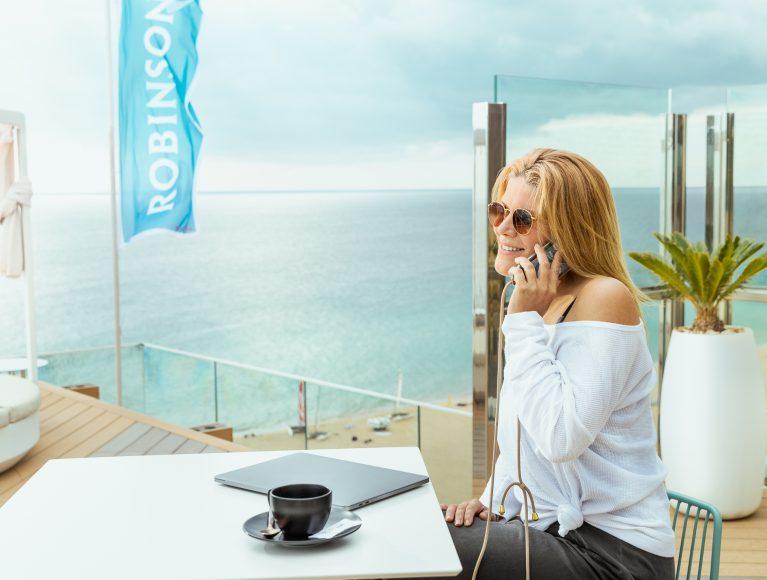 Einer von Anja Neumanns Lieblingsplätzen im ROBINSON Club Jandia Playa ist die Rooftop-Bar