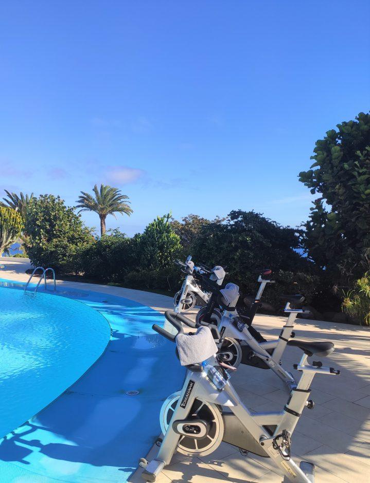 Spinning-Rader am Pool