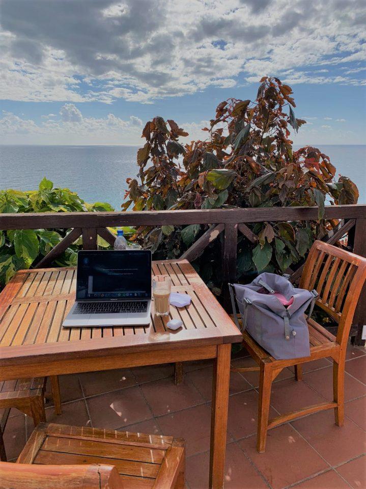 Laptop auf einem Tisch mit Meerblick