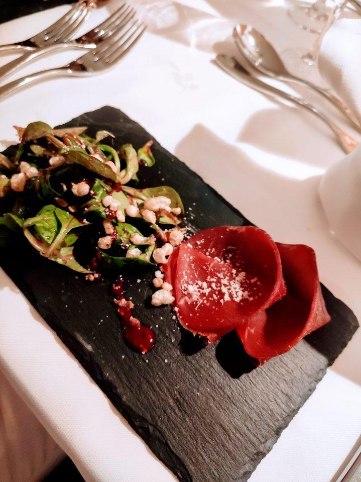 Dekorativer Teller mit exklusiven Speisen