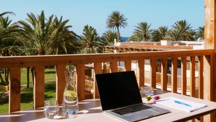 Tisch mit Laptop auf einer Außenterrasse