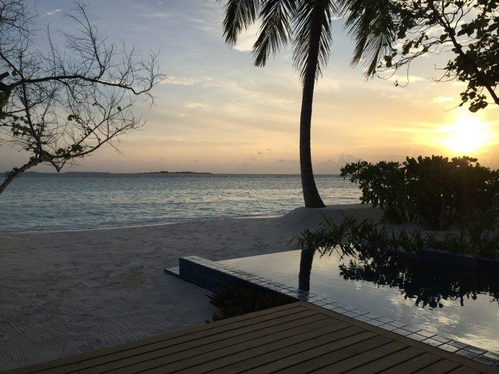 Strandbungalow auf den Malediven bei Sonnenuntergang