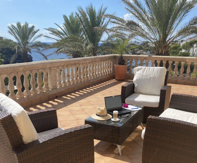 Auf der Terrasse mit Blick auf die Privatbucht auf Mallorca lässt es sich konzentriert und entspannt arbeiten