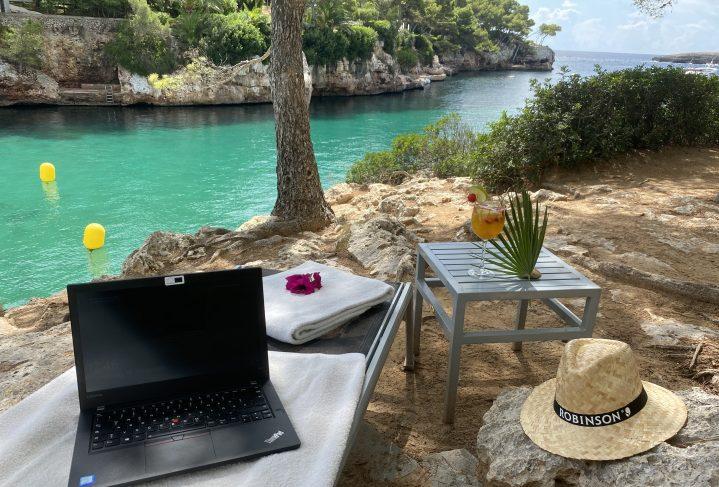 Laptop auf Liege mit Blick auf Bucht