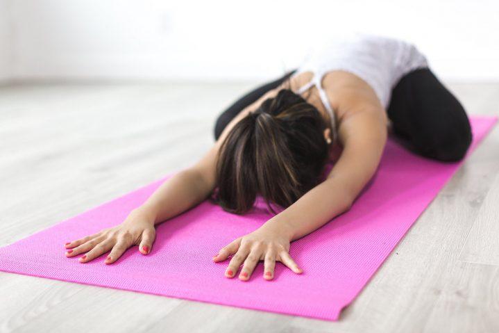 Frau bei Yogaübung auf Yogamatte