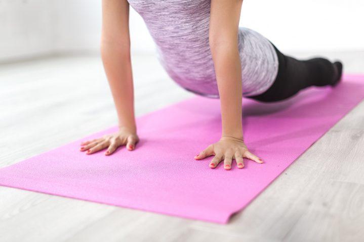 Frau bei einer Yogaübung auf der Matte