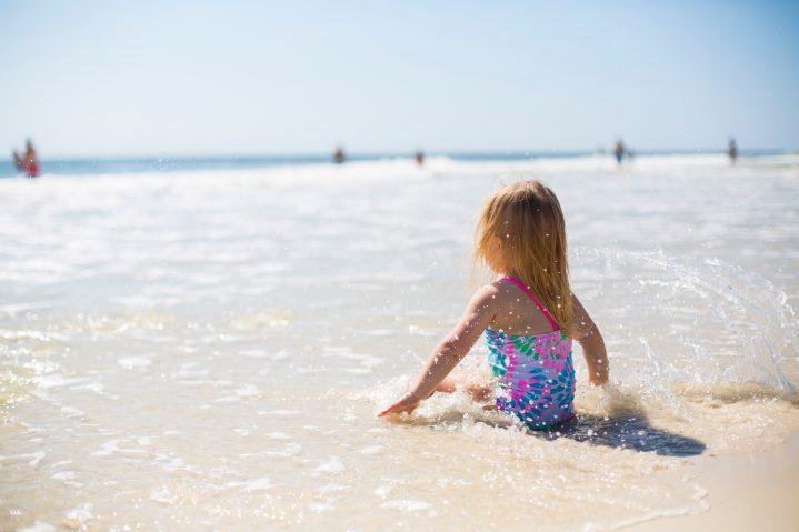 Kleines Mädchen in am Strand