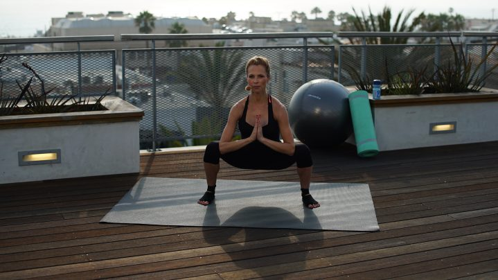 Frau macht Sumo Squat Rock Übung